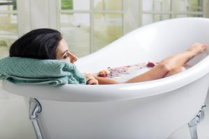 femeie la menstruatie facand baie